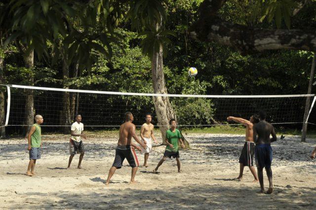 Volleyballen bij Colakreek